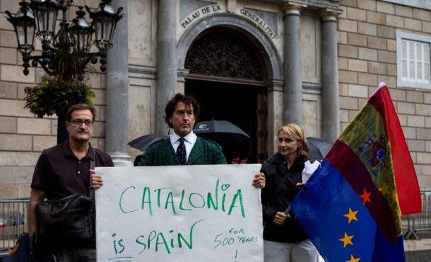 """Mozos detienen al pacífico Marichalar por enfrentarse a separatistas con """"bandera de España"""""""