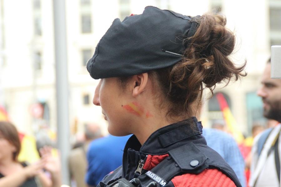 Una Moza de Escuadra se pinta la cara con Bandera de España el día de la Fiesta Nacional