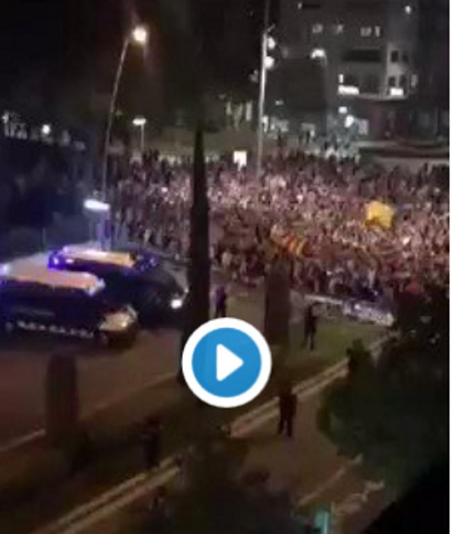 Golpistas extremistas separatistas rodean la comisaria de Policía Nacional en Reus (Tarragona)