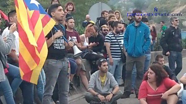 """Un autónomo catalán muy indignado pide a """"fascistas ruines"""" separatistas """"dejarme ir a trabajar"""""""