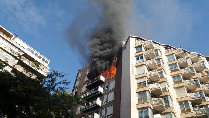 Un muerto y un herido crítico en el incendio de un bloque en Barcelona