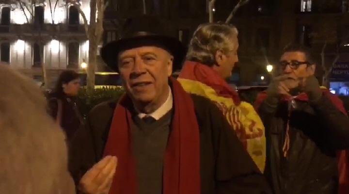 """Los catalanes exigen al cónsul bélga la """"extradición del señorito Puigdemont"""" y respeto a España"""