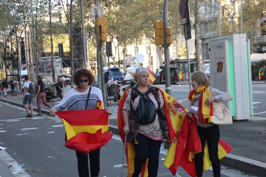 """Mujer multibanderas en Cataluña: """"Me las llevo por todos los lados"""""""