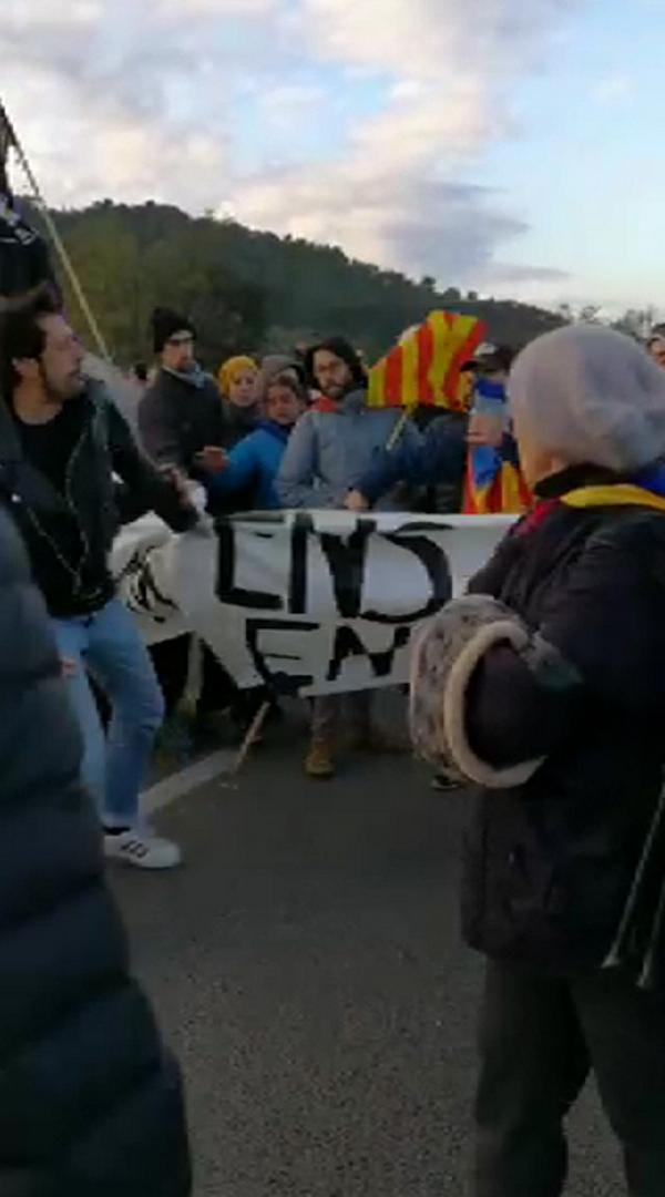 """Resistencia de una Cataluña que quiere """"trabajar"""" ante piquetes separatistas protegidos por Mozos"""