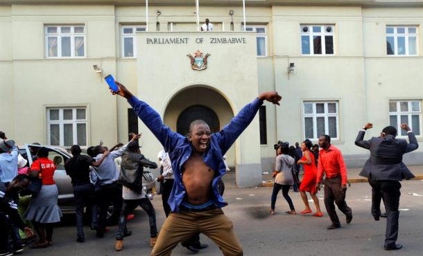 """Estallido de júbilo, música y bailes de zimbabuenses tras la caída del """"eterno"""" dictador Mugabe"""