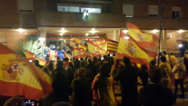 """Más de un millar de catalanes manifiestan su """"hartazgo"""" por la """"deriva separatista"""" en Lérida"""