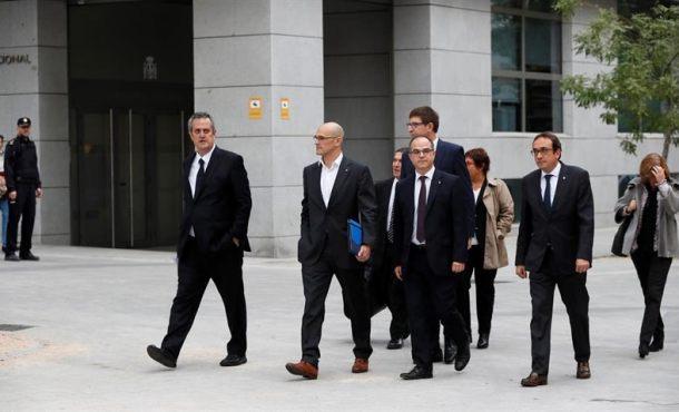 """Sediciosos exconsejeros de Puigdemont llegan al Tribunal entre """"viva la Guardia Civil y España"""""""