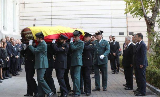 Guardias C. y Policías vestidos de gala con elféretro del español, el fiscal José Manuel Maza
