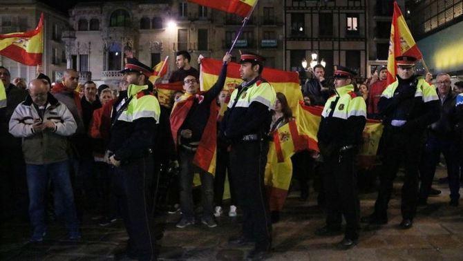 Violentos separatistas irrumpen en un acto pacífico de los catalanes en Reus (Tarragona)