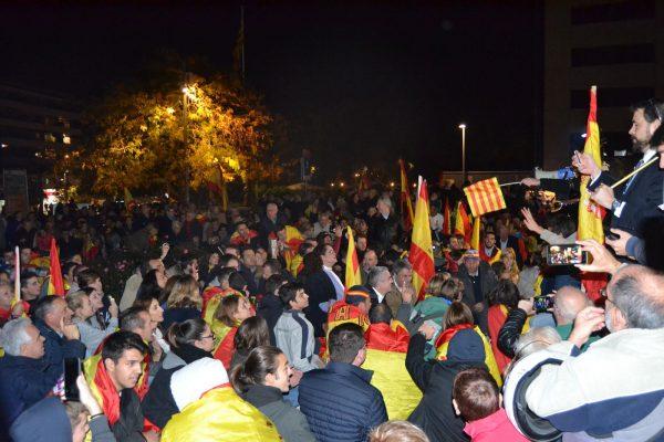 """5 mil catalanes claman contra """"manipulación"""" en San Cugat y retiran la pancarta """"presos políticos"""""""