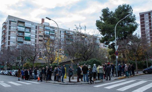 Largas colas en algunos colegios al arrancar las elecciones catalanas del 21-D