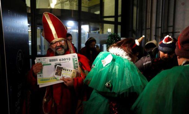 Optimismo, ilusión y ganas de Gordo en la cola para ver el Sorteo de Navidad