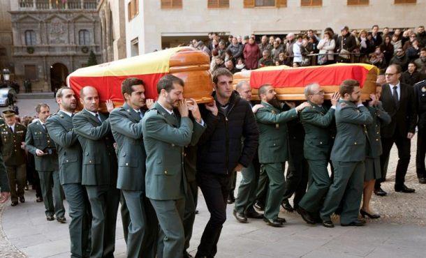 Recibidos y despedidos con aplausos los féretros los 2 Guardias Civiles asesinados en Alcañiz