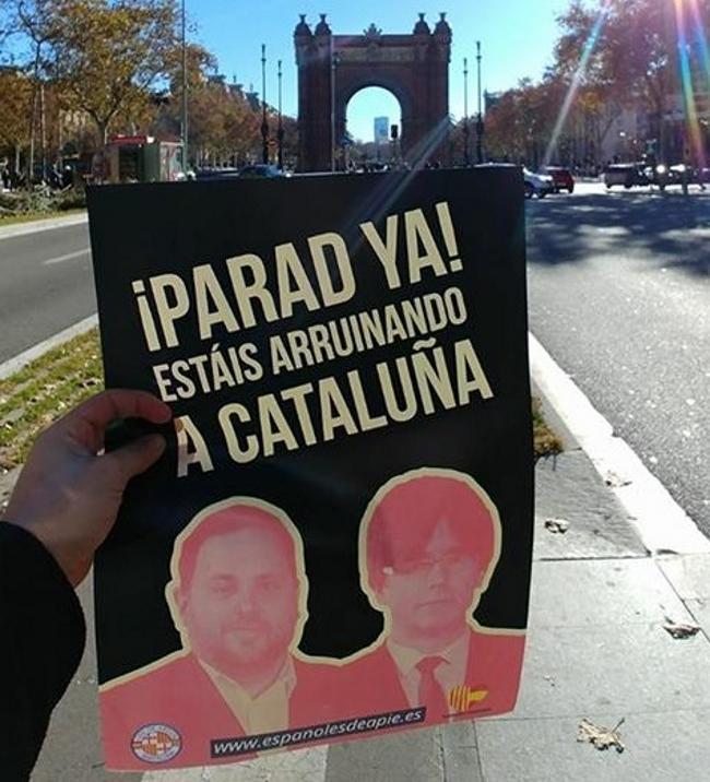 """La juventud catalana desplega mil carteles con el lema """"Estáis Arruinando a Cataluña"""""""