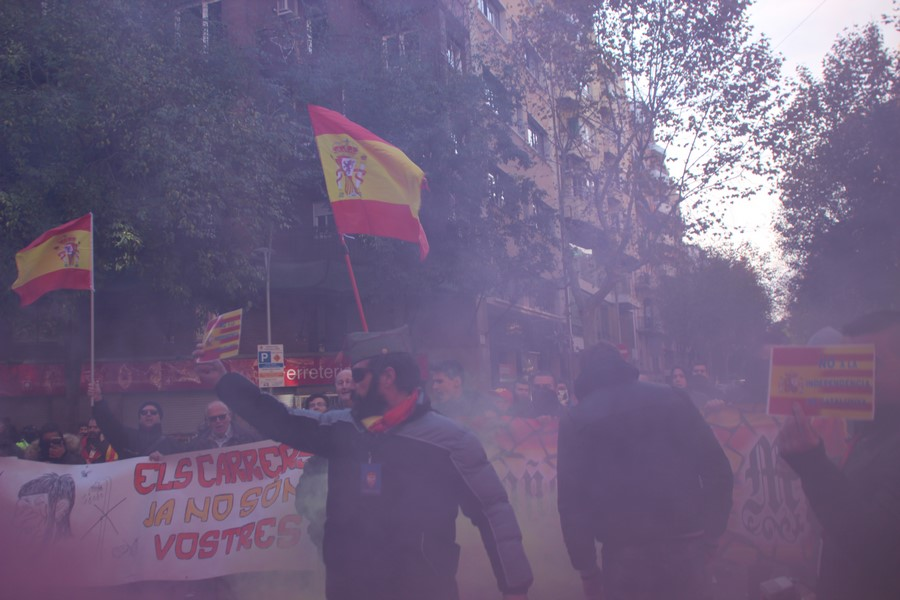 Centenares de catalanes con banderas de España le planta cara a CUP ante su sede
