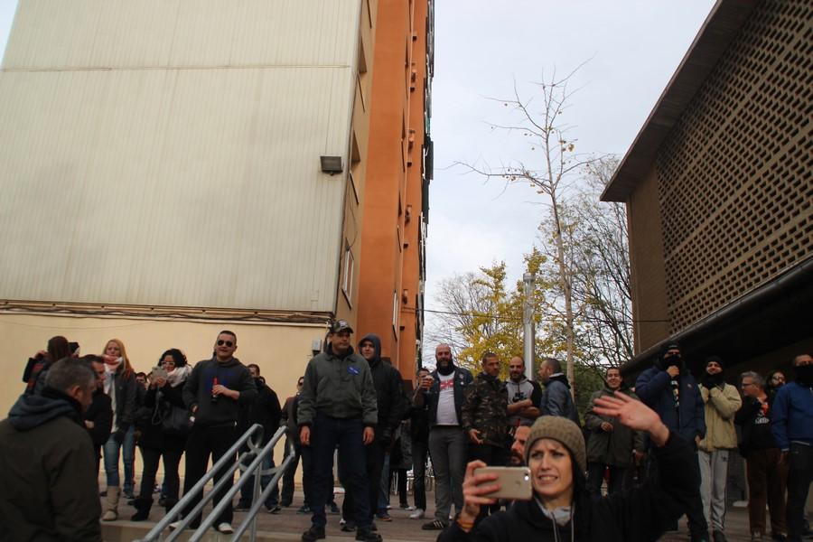Jóvenes y ancianos plantan cara a un millar de invasores separatistas en Canyellas