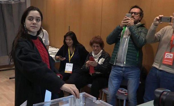 La adoctrinada que vota por el delincuente Puigdemont anima a implicarse en el separatismo