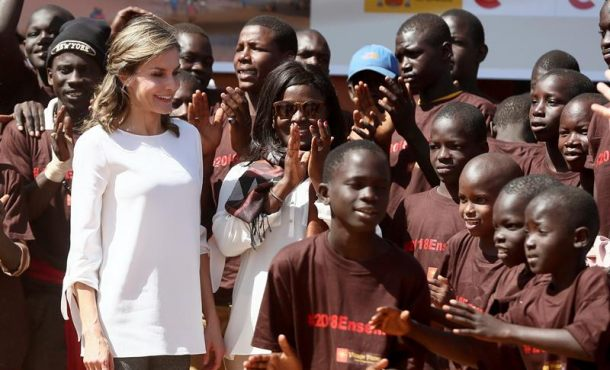 La Reina de España, Letizia Ortiz Rocasolano, durante su viaje hoy a Dakar (Senegal)
