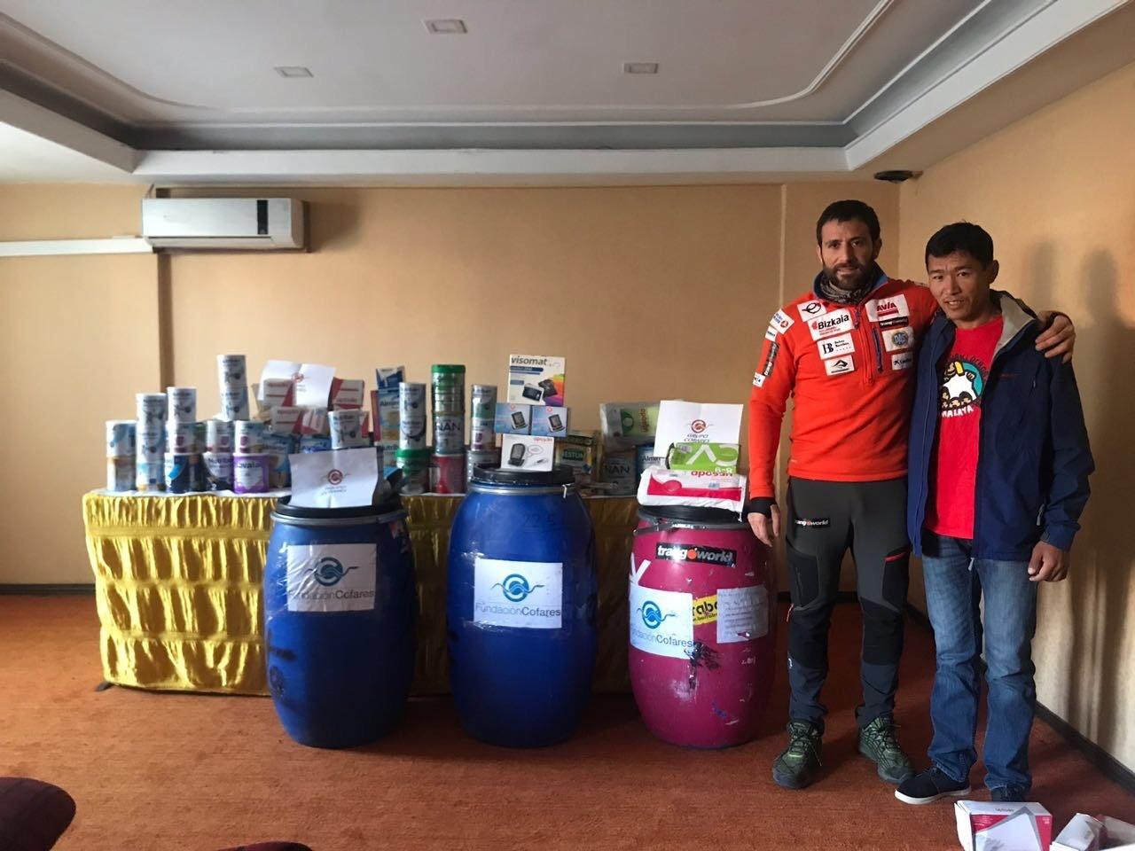 El alpinista Alex Txikon hace entrega de la donación de Fundación «Cofares a SOS HImalaya»
