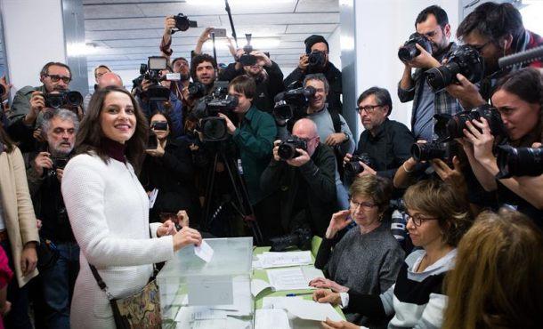 """Entre gritos de """"¡presidenta, presidenta!"""" Arrimadas vota y pide """"que nadie se quede en casa"""""""