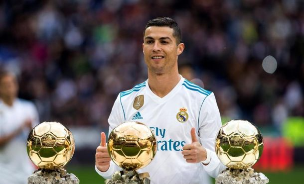 Cristiano Ronaldo exhibe sus cinco Balones de Oro en el Bernabéu