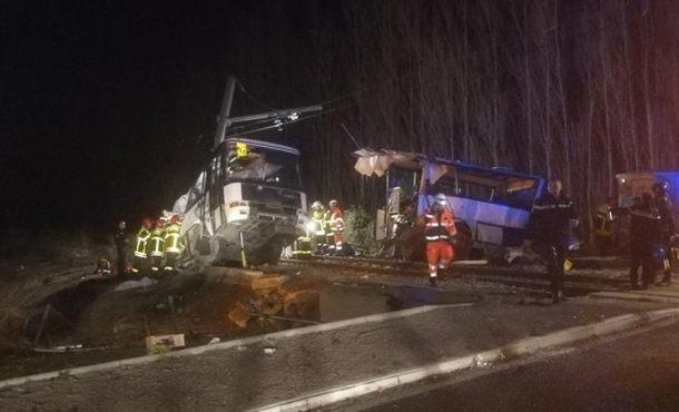 Ascienden a 4 los muertos por un choque entre un autobús escolar y un tren en (Millas) Francia