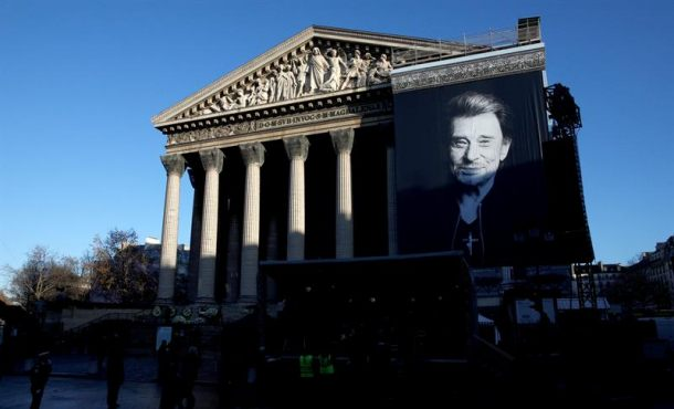 Homenaje multitudinario en París a Johnny Hallyday