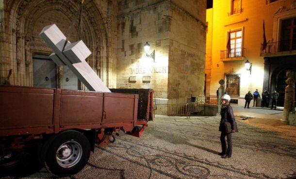 """La Justicia ordena a izquierdistas paralizar """"inmediatamente"""" la retirada de cruz"""