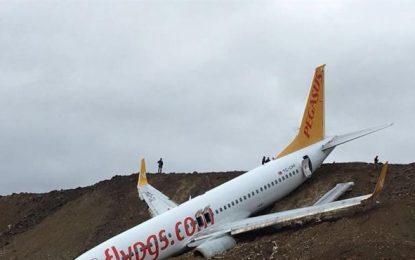 Cae un avión con 162 pasajeros por un acantilado sin que haya heridos