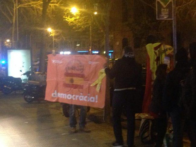 Catalanes reciben a separatistas bailando y cantando por España