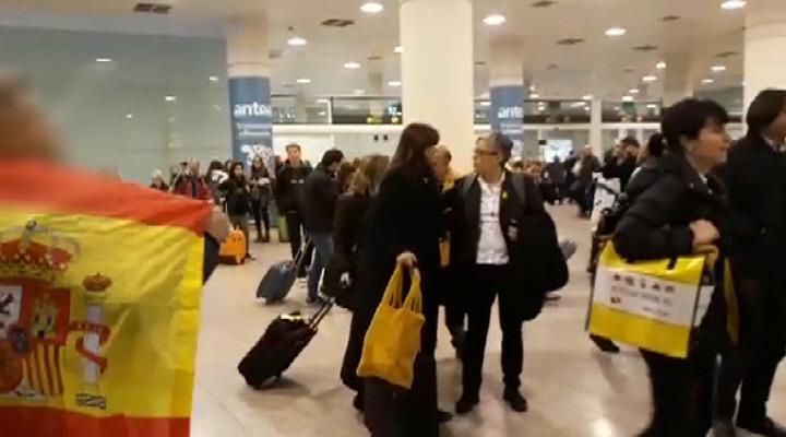 """Dos catalanes reciben a """"golpistas"""" de ERC y JxCat que llegan de Bruselas conspirar"""