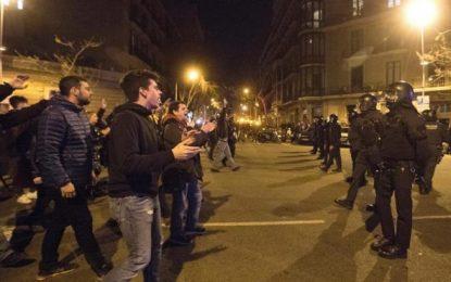 Heridos, 19 infectados por la peste amarilla agresivos extremistas hispanófobos en Barcelona