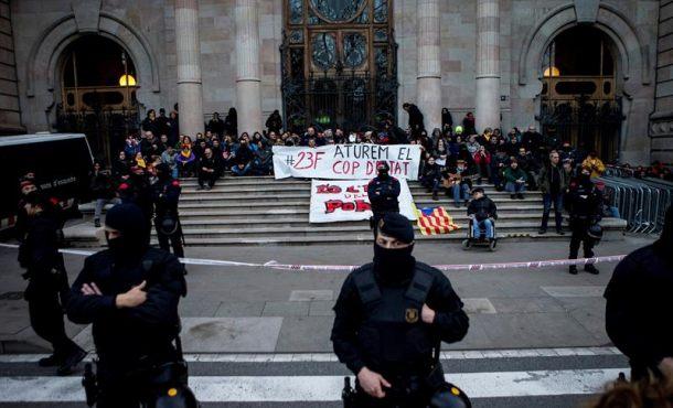 Detenidos 14 violentos amarillos separatistas por bloquear el acceso al Tribunal catalán