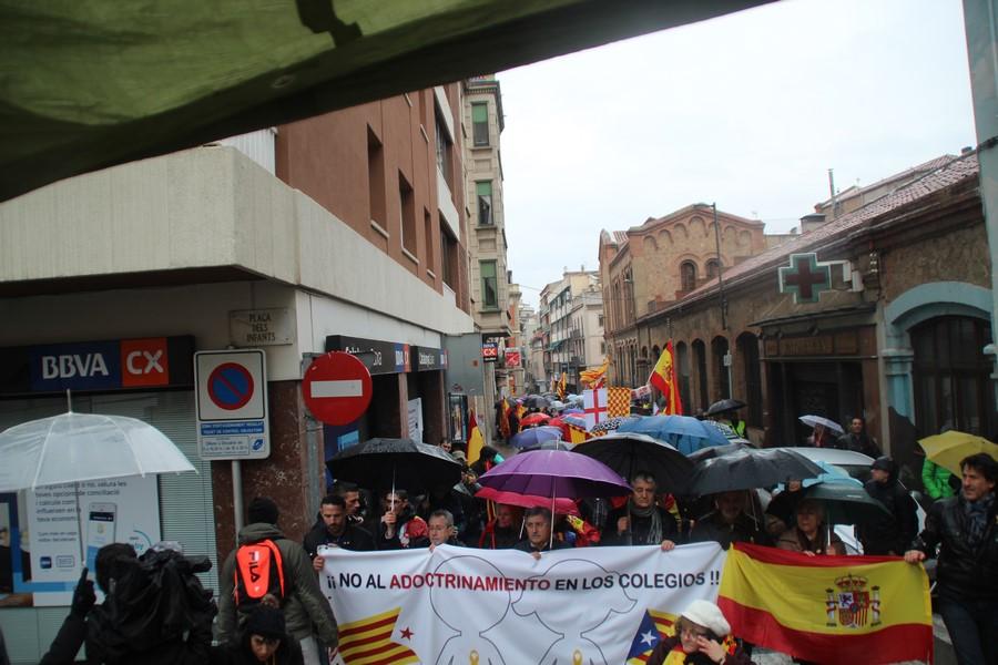 """Miles de catalanes vencen al miedo y lluvia y claman contra """"adoctrinamiento"""" en Manresa"""