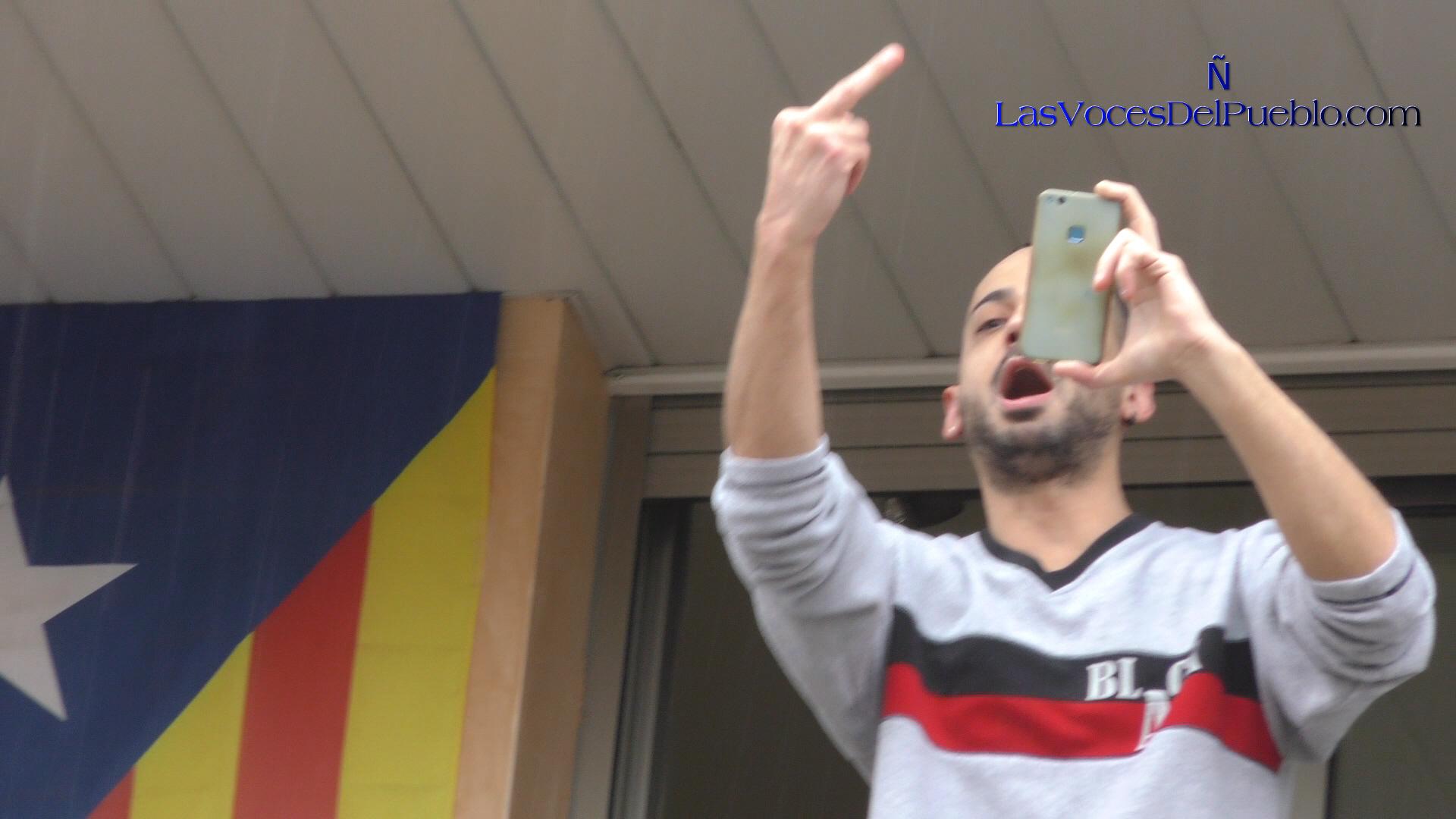 Mira lo que hace un fascista de la República ante gente pacífica en Manresa