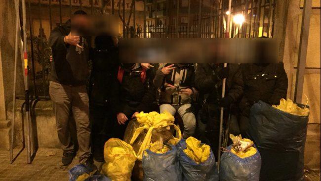 Mujeres y hombres retiran lacitos y carteles separatistas en Molins de Rey (Barcelona)