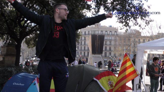 """Futbolistas suizos cantan """"qué viva España"""" en Pl. Cataluña con catalanes y Tabarnia"""