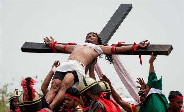 Clavados en la cruz cual Jesucristo, la fe llevada al extremo