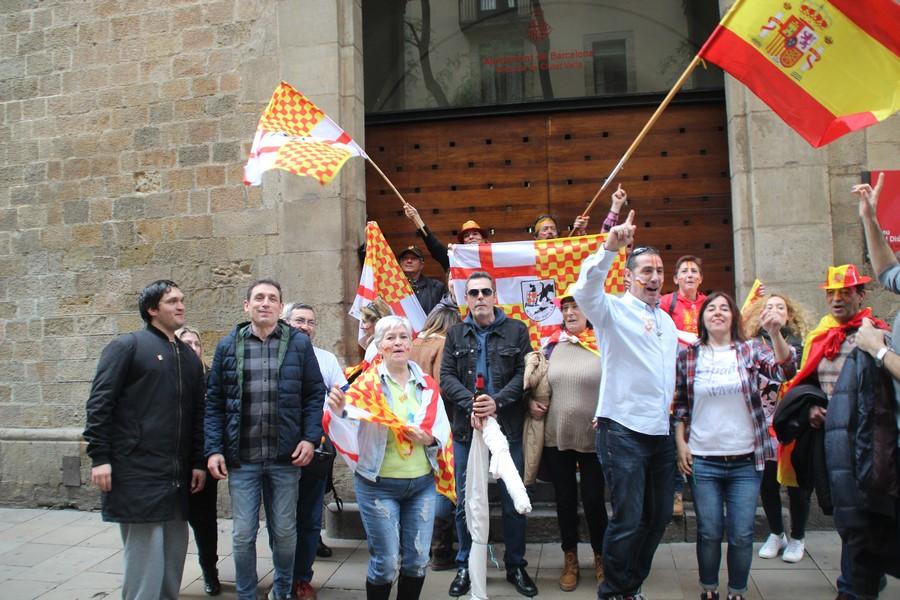 Ambiente festivo de la «Cataluña alegre» en Plaza Bonsuccés de Barcelona
