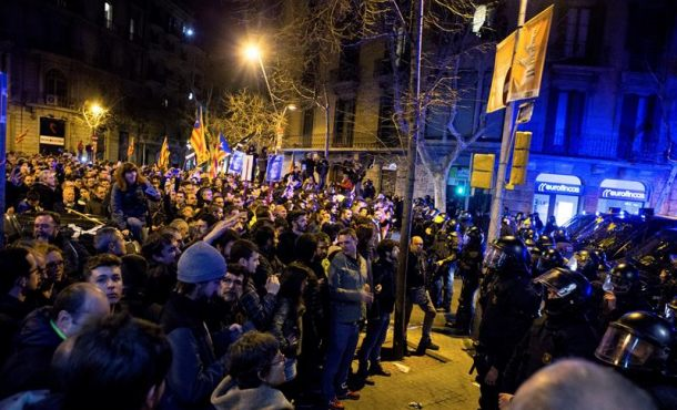 Tensión entre golpistas separatistas y Mozos ante la Delegación del Gobierno