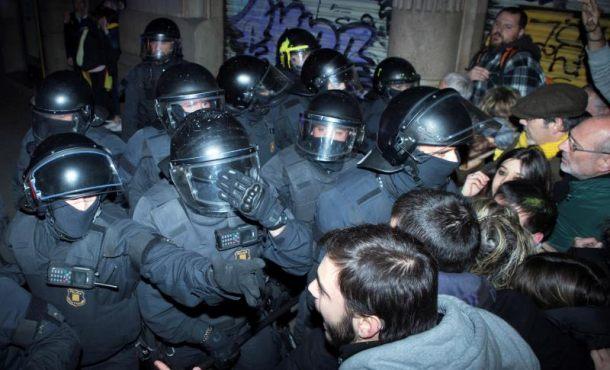Violentos separatistas lanzan botes de humo a los Mozos ante Delegación del Gobierno