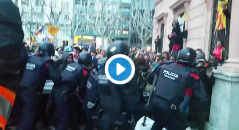Porras de Mozos legales contra violentos atacantes separatistas en Barcelona