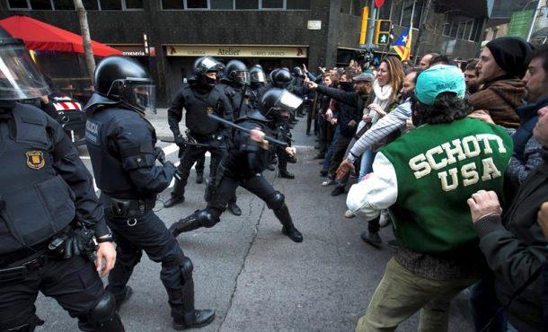 Tensión entre violentos separatistas y Mozos legales en Barcelona
