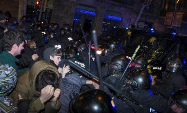 Separatistas con hematomas y cortes en el rostro por porras de los Mozos legales