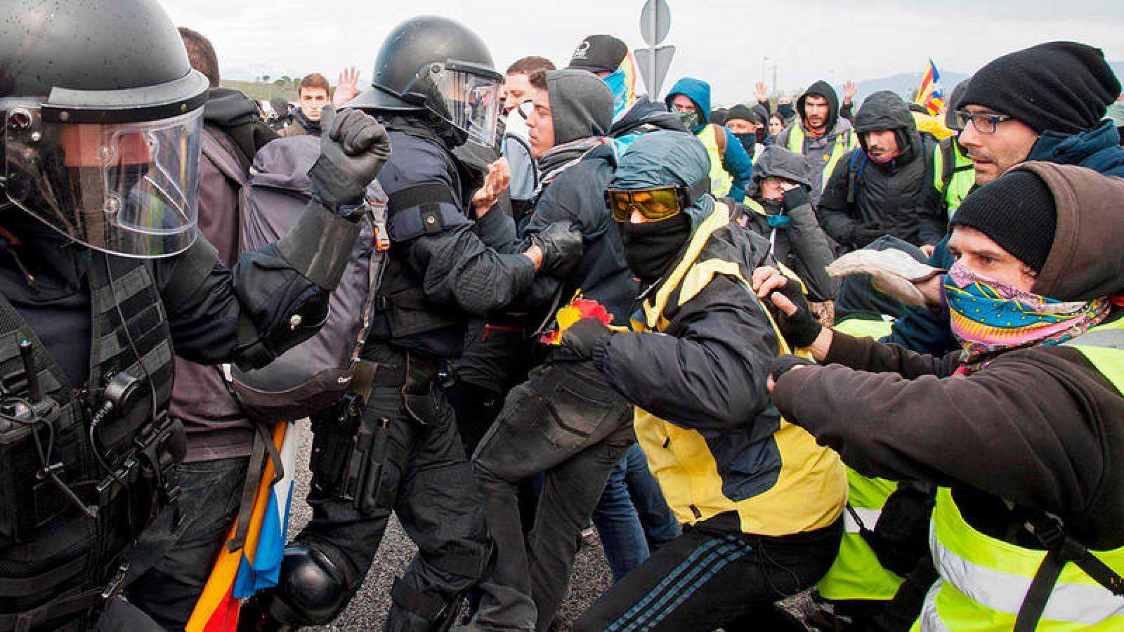 Facsiatas separatistas encapuchados cortan la AP7 y Avenida Diagonal