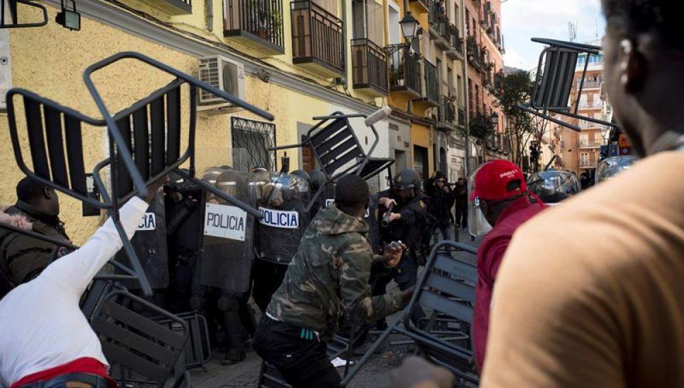 Enfrentamientos y saqueos en Lavapiés (Madrid), heridos 16 policías y solo 4 inmigrantes