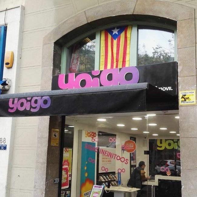 Indignación por la aparición de un trapo con estrella junto a «Yoigo» en Barcelona
