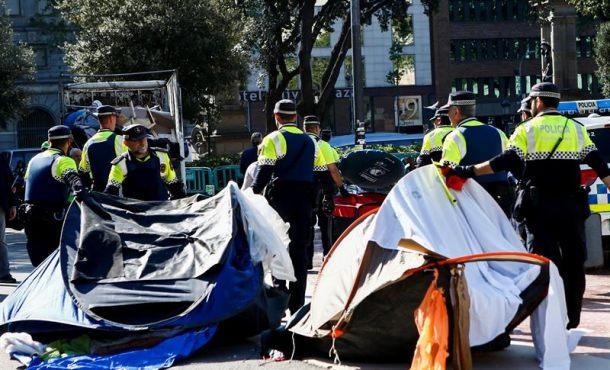 Colau desaloja a Sintecho y separatistas de Pl. de Cataluña (Barcelona) por el San Jorge