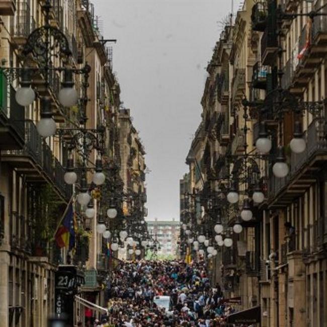 Riadas humanas invaden las calles de Cataluña por el San Jorge