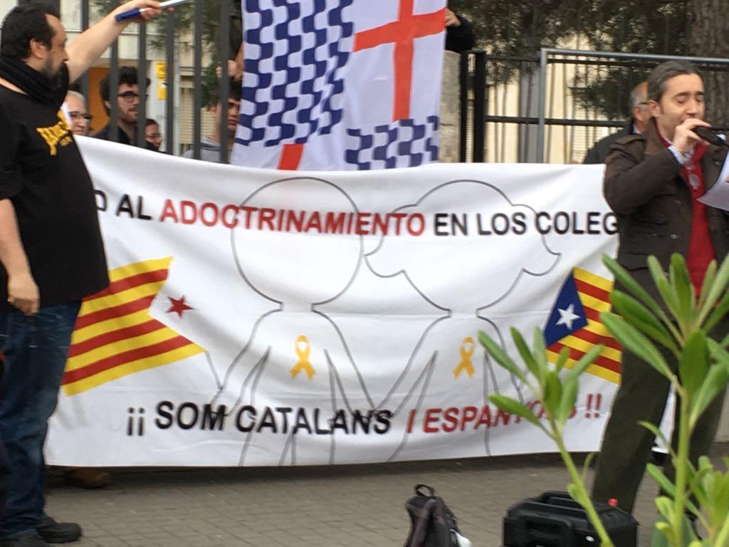 """Medio centenar personas resisten en Barcelona contra """"adoctrinamiento escolar"""""""